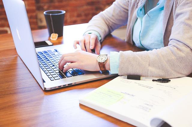 studentka ve svetru.jpg