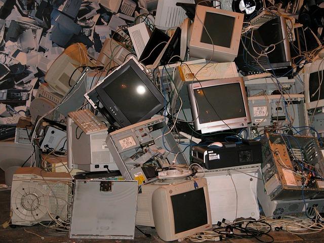 staré počítače na hromadě