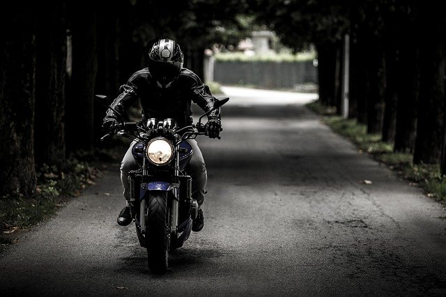 motocyklista na cestě