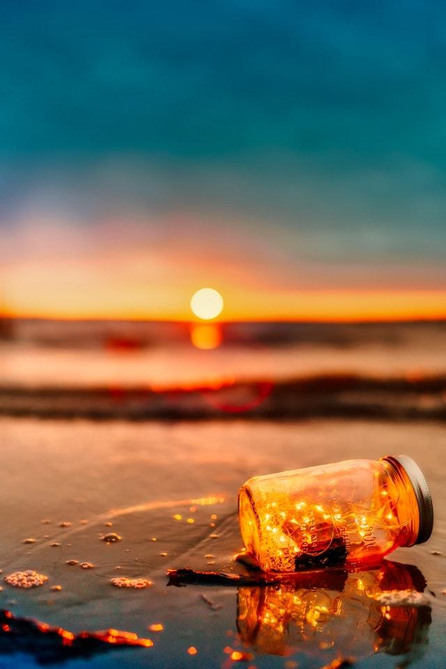 světlo uzavřené ve sklenici