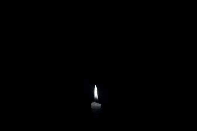 svíce v temné tmě
